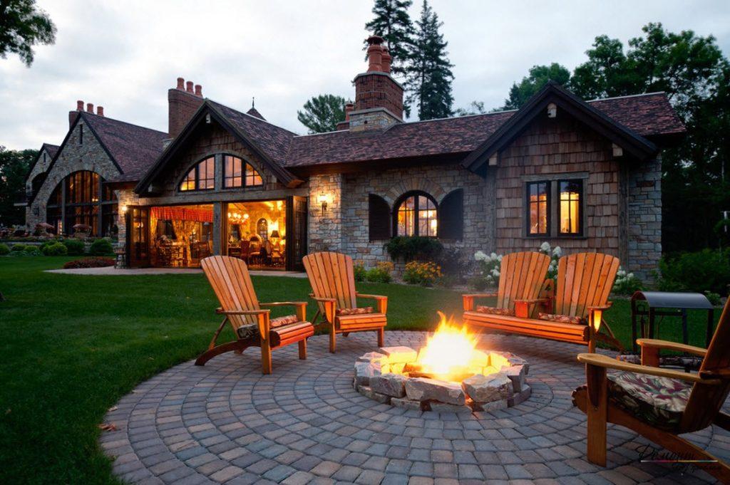 Деревянный дом в поле