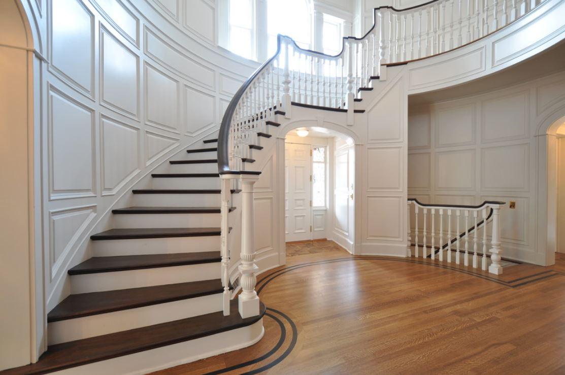 Лестница в деревянном доме на второй этаж